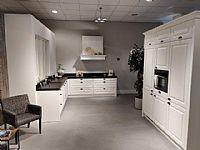 Landelijke keuken met kastenwand, wit