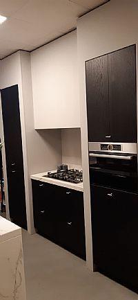 Zwart gebeitste keuken met Dekton werkbladen