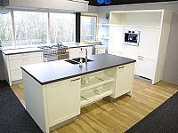 Moderne eiland keuken met kaderdeur