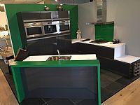 Moderne greeploze keuken met spoeleiland