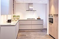 Moderne hoekkeuken met kastenwand S20