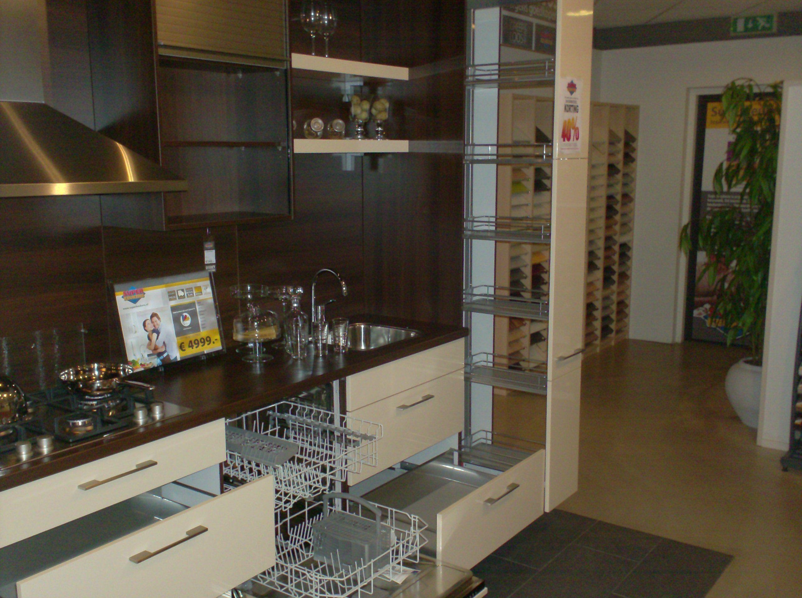 Hoogglans Keuken Met Houten Elementen : ... keukens voor zeer lage ...