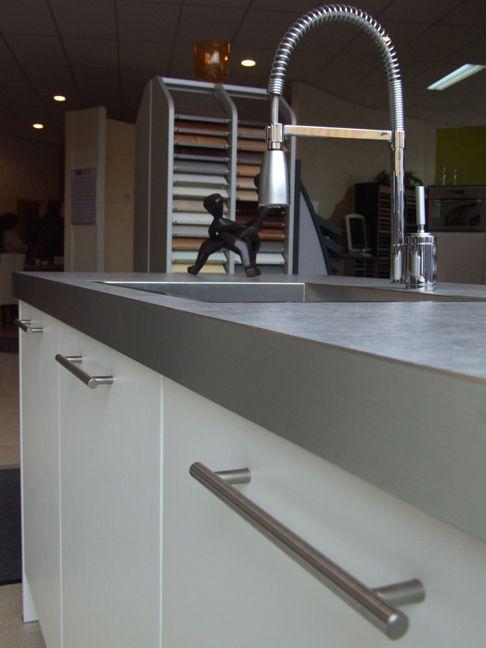 Showroomkeukens alle showroomkeuken aanbiedingen uit nederland keukens voor zeer lage keuken - Centrum eiland met bar ...