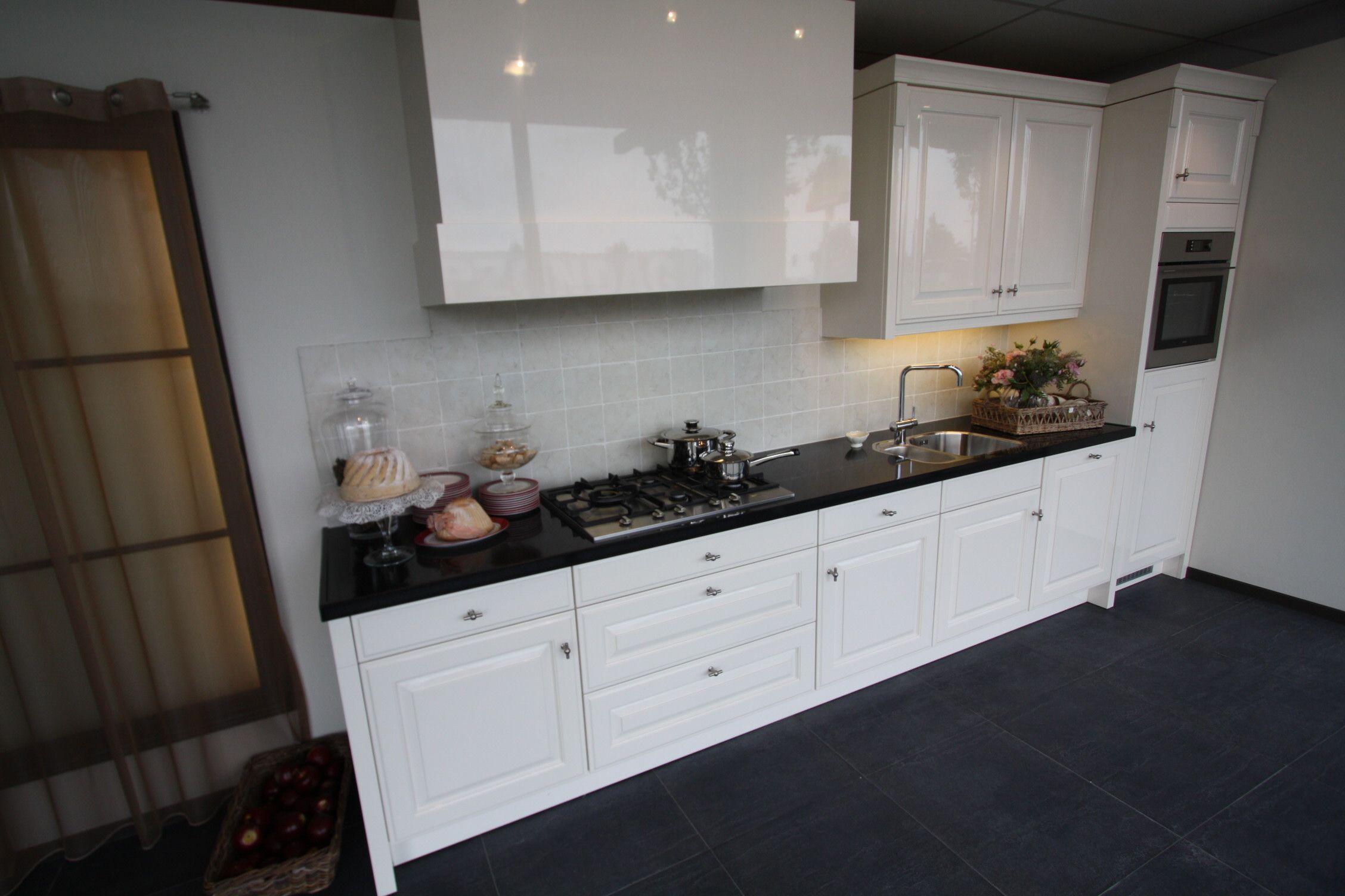 In deze gelakte Q-linea keuken worden moderne en klasieke elementen ...