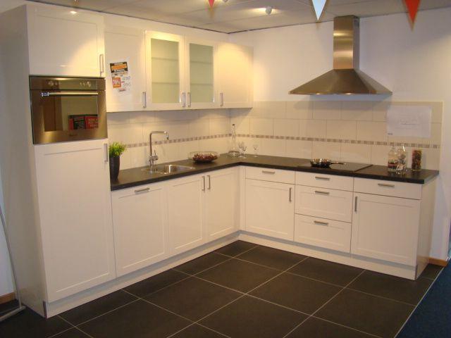 ... keuken prijzen  Landelijke keuken uitgevoerd in magnolia wit [45635