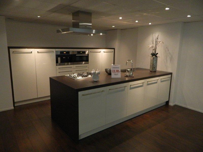 Miele showroomkeuken keukenarchitectuur - Keuken centrum eiland ...