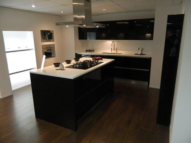 Strakke Zwarte Keuken : Showroomkeukens alle showroomkeuken aanbiedingen uit nederland