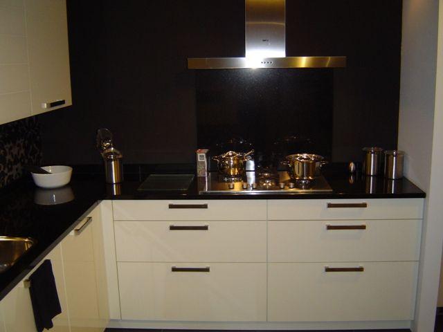 Showroomkeukens alle showroomkeuken aanbiedingen uit nederland keukens voor zeer lage keuken - Zwart granieten werkblad prijs ...