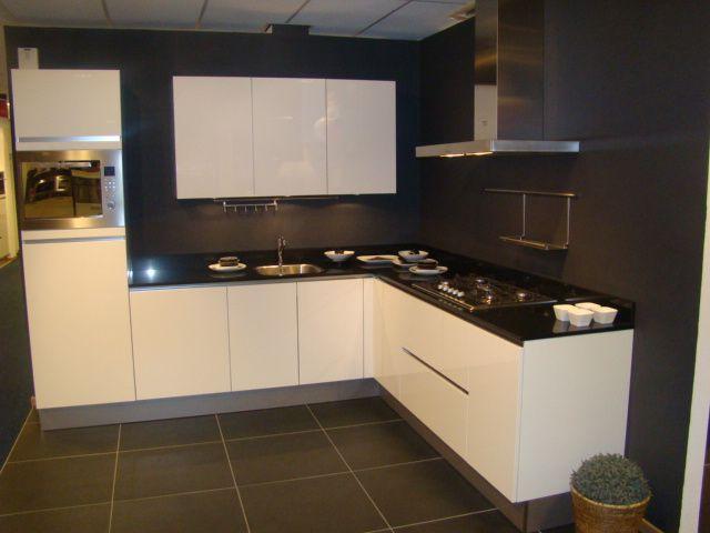 Hoekkeuken wit keukenarchitectuur - Witte keuken voorzien van gelakt ...
