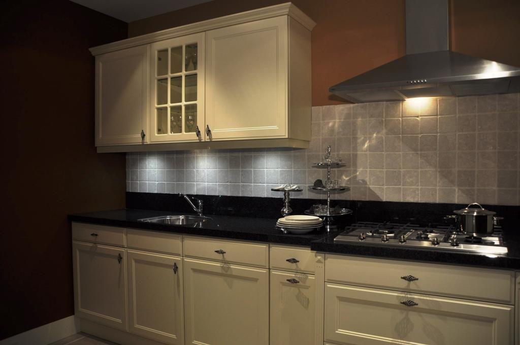 ... – Keukens – Keukens – Rechte keuken magnolia gelakt – 25475
