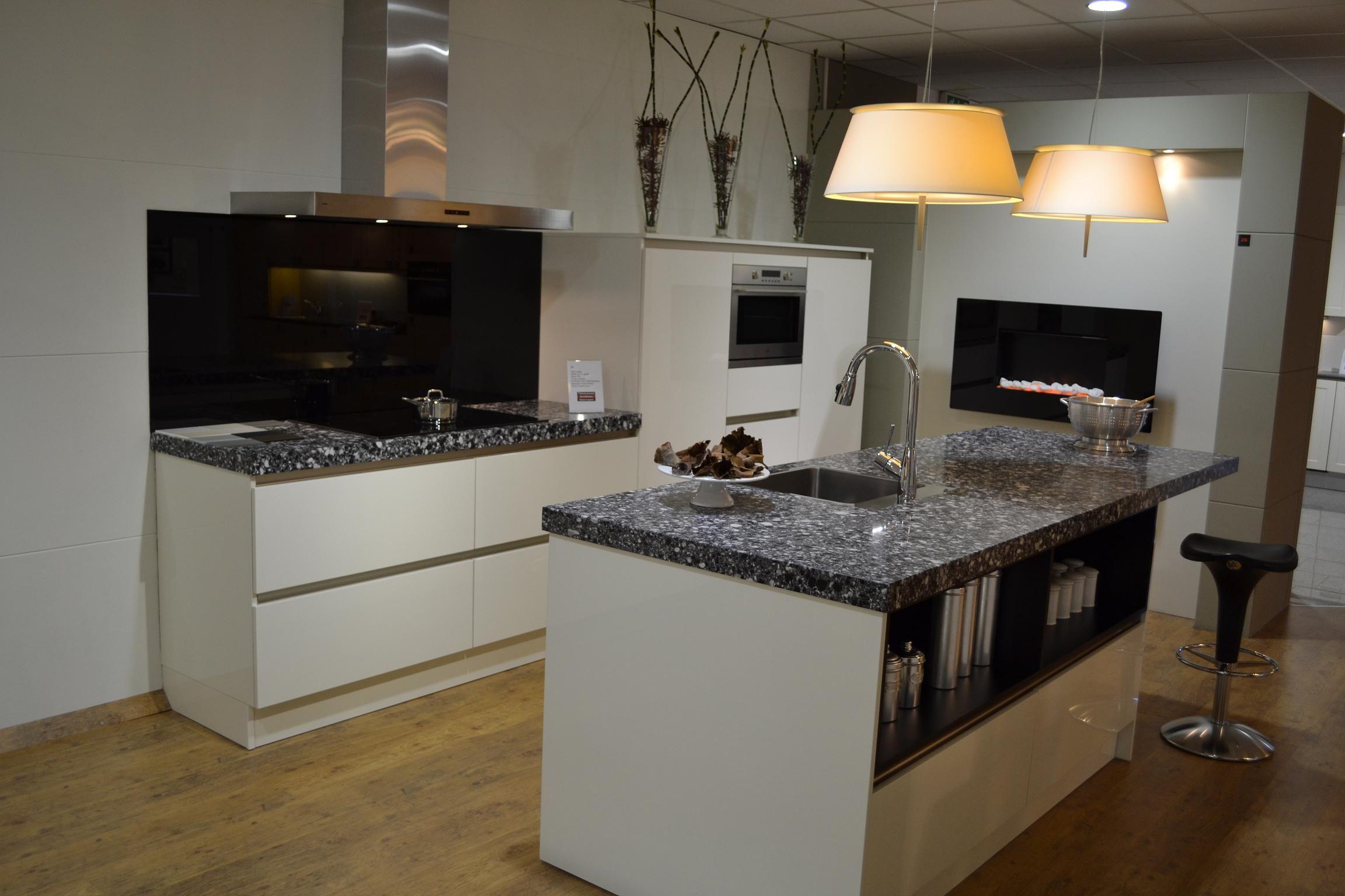 Glazen werkblad keuken: strakke moderne hoogglans keuken met ...