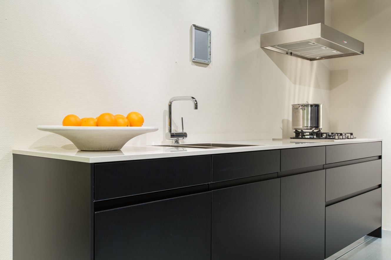 Zwart Betonvloer Keuken : Zwarte keuken betonvloer betonlook in de badkamer materialen hun