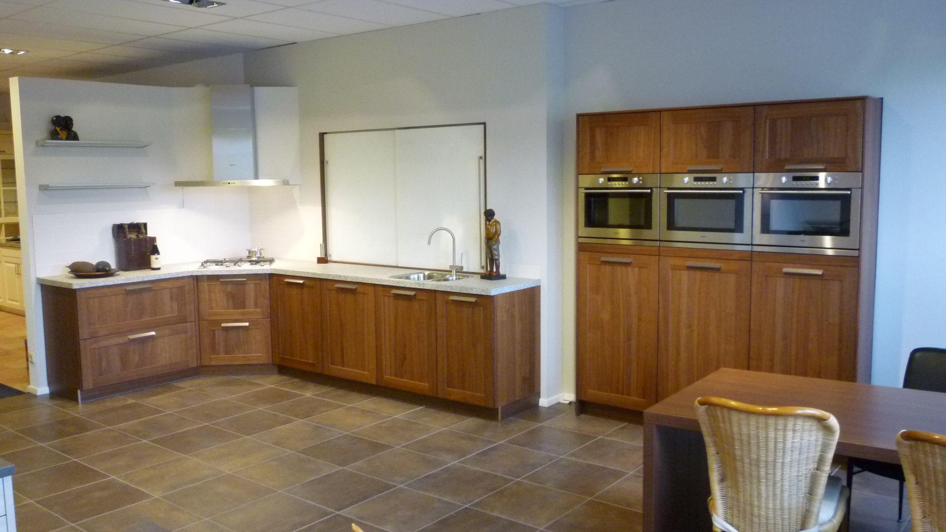 ... lage keuken prijzen  Noten hout keuken met granieten blad. [49341
