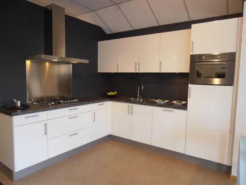 ... keukens voor zeer lage keuken prijzen  Hoogglans witte hoekkeuken