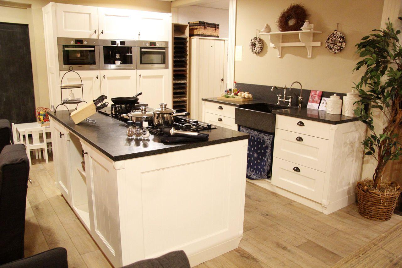Keuken Kookeiland Showroom : zeer lage keuken prijzen Ambachtelijke keuken met kookeiland [50116