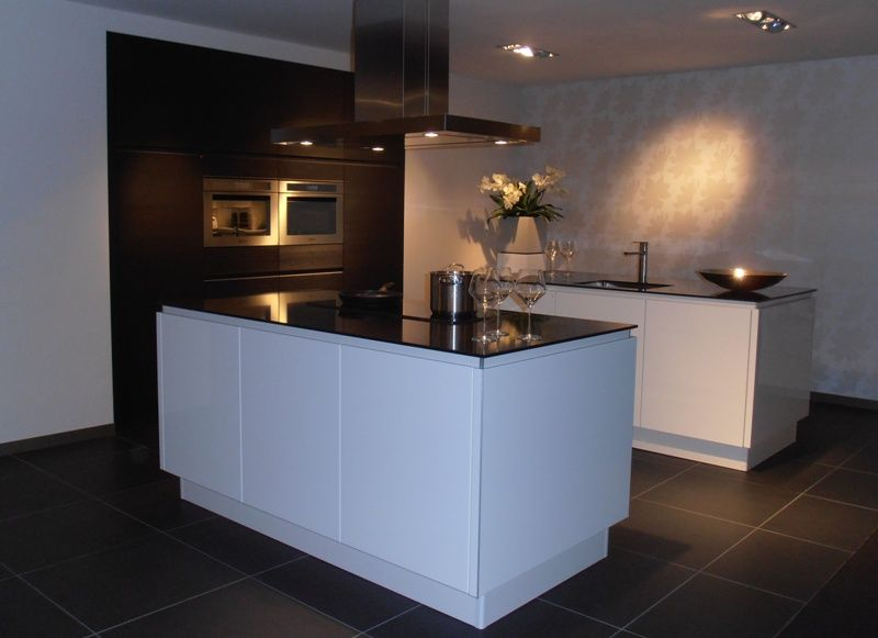 Keuken Kastenwand Hout : lage keuken prijzen Keuken met dubbel eiland in wit met hout [50421