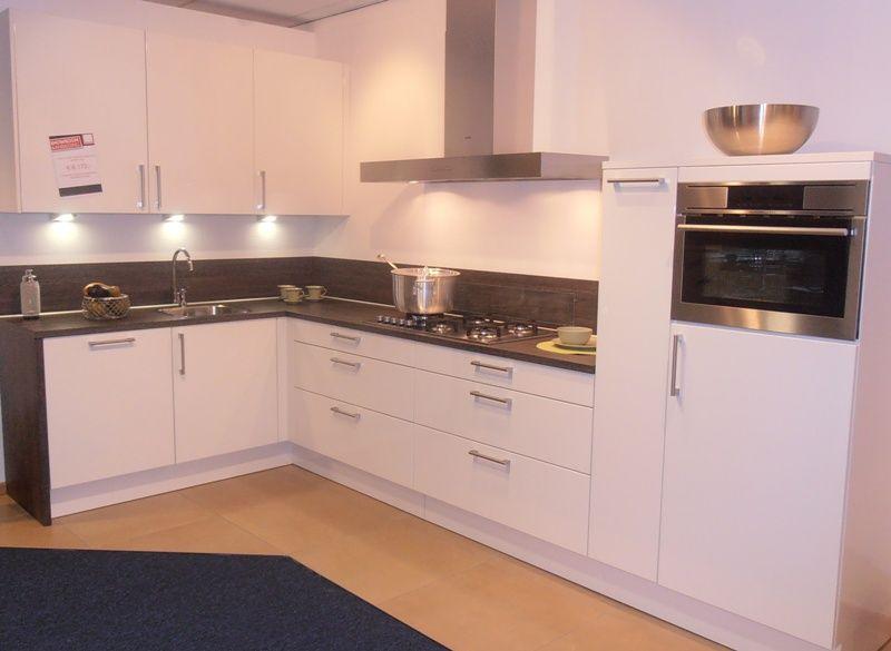 Showroomkeukens alle showroomkeuken aanbiedingen uit nederland keukens voor zeer lage keuken - Witte keuken met zwart werkblad ...