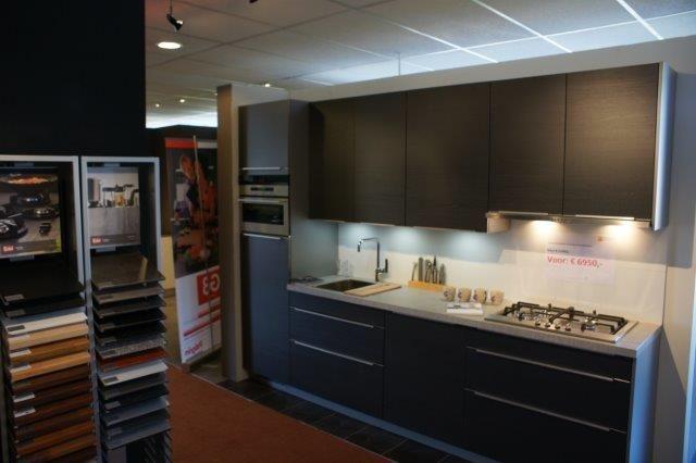 Grijze keuken modern: grijze kasten op maat door meubelmaker naast ...