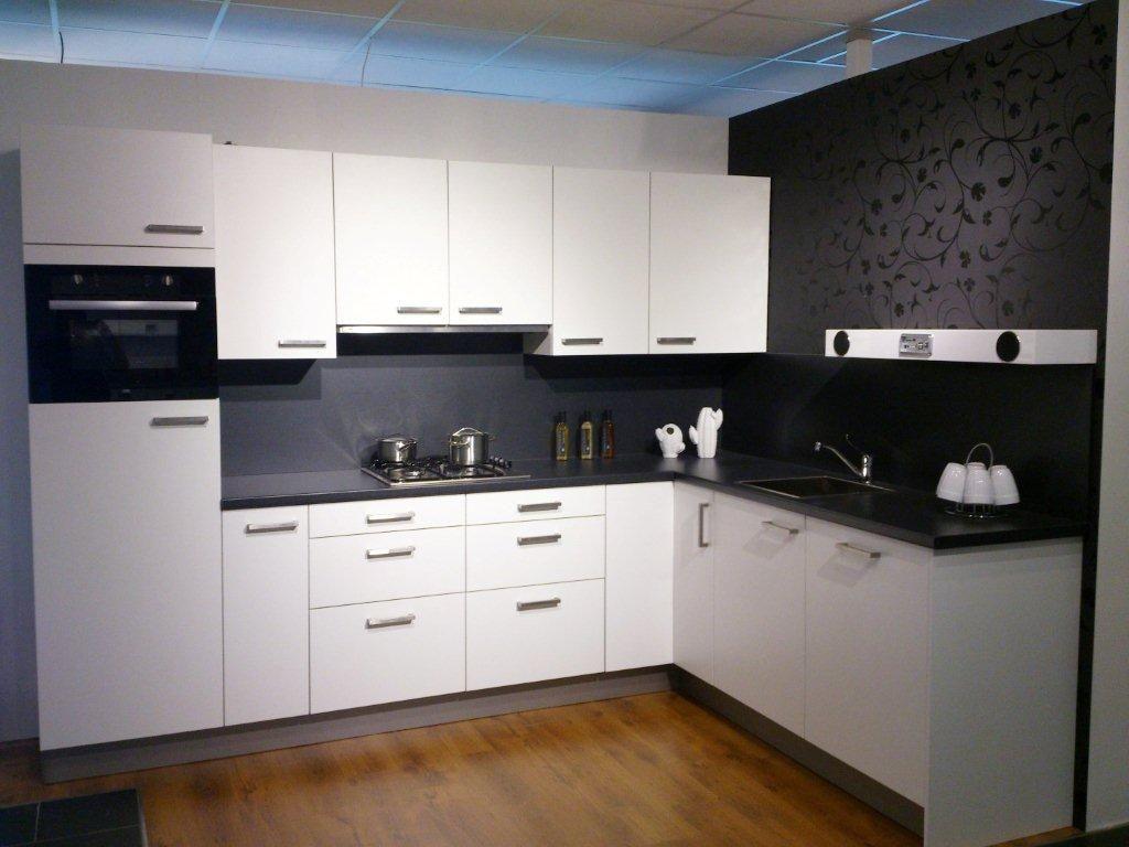 ... keukens voor zeer lage keuken prijzen  Hoek keuken wit met zwart blad