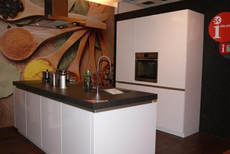 Showroomkeukens Alle Showroomkeuken Aanbiedingen Uit Nederland Keukens Voor Zeer Lage Keuken Prijzen Sorrento Wit Hoogglans Aeg 35842