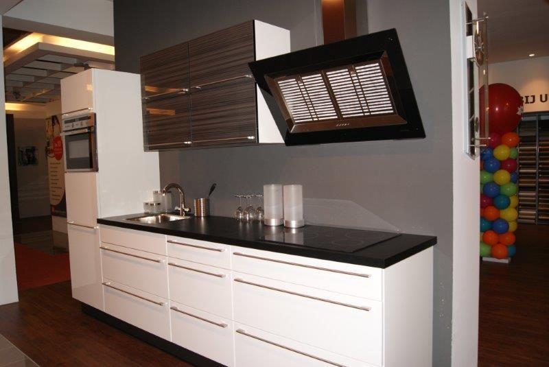 Showroomkeukens alle showroomkeuken aanbiedingen uit nederland keukens voor zeer lage keuken for Keuken met glas
