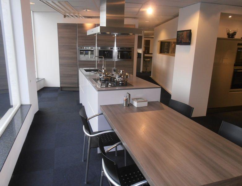 Lange eiland keuken - Keuken met tafel ...