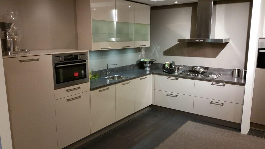 Moderne uvorm keuken - Moderne designkeuken ...