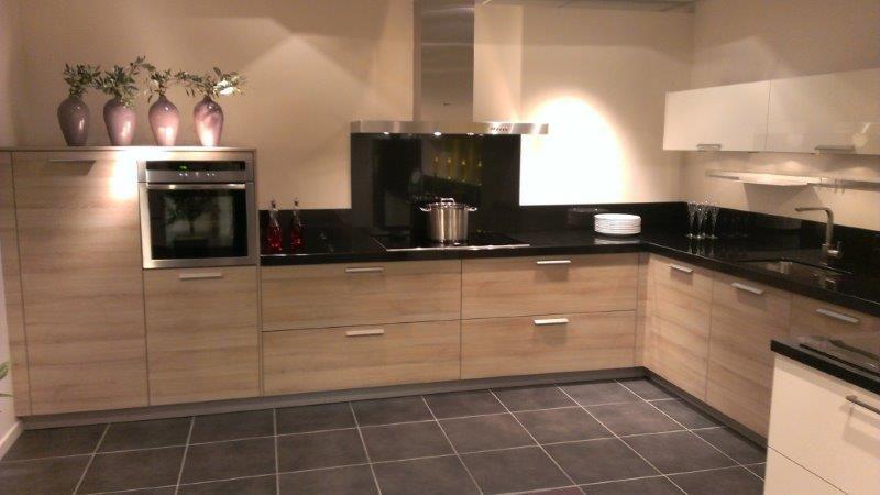 Showroomkeukens alle showroomkeuken aanbiedingen uit nederland keukens voor zeer lage keuken - Keuken met granieten werkblad ...