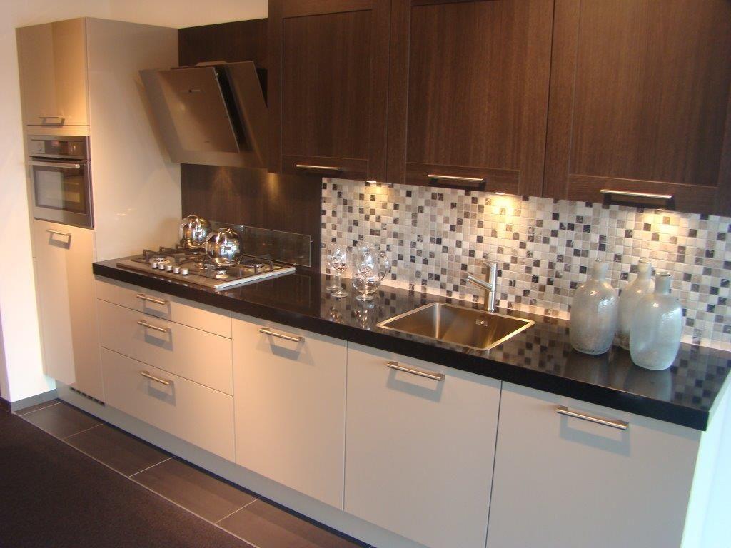 Rechte Keuken Showroom : keukens voor zeer lage keuken prijzen Rechte keuken met AEG