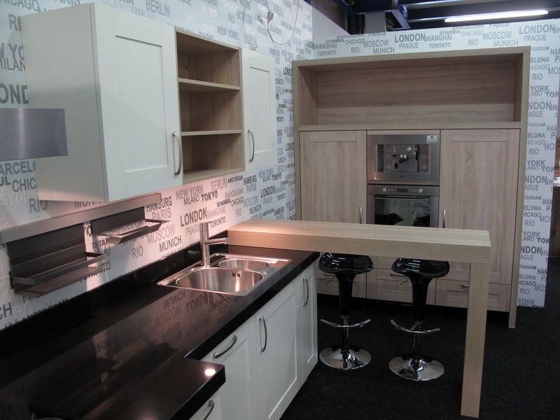 ... zeer lage keuken prijzen  Magnoliakleurige keuken met bar. [52487
