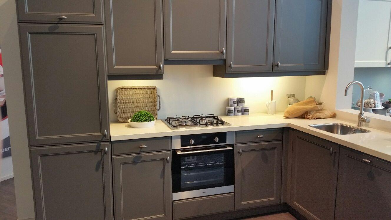Glas in lood kast - Keuken muur kleur idee ...