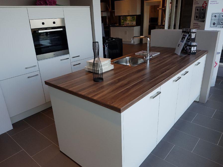 Showroomkeukens alle showroomkeuken aanbiedingen uit nederland keukens voor zeer lage keuken - Keuken eiland dimensie ...