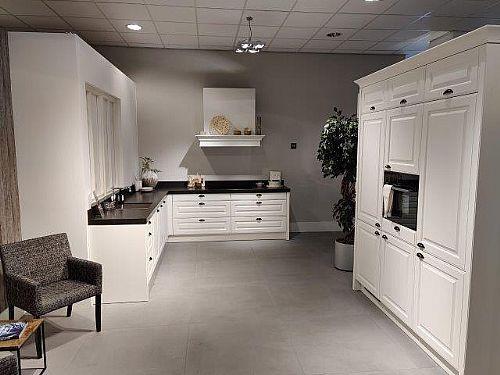 Meer informatie aanvragen over Landelijke keuken met kastenwand, wit